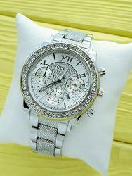 Женские серебристые часы Guess с рифленым браслетом, римские цифры, камушки