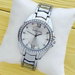 Женские наручные часы Michael Kors серебристого цвета в асортименте