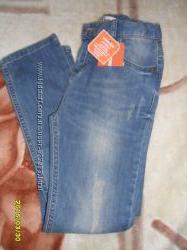 Крутые джинсы с потертостями и порезами
