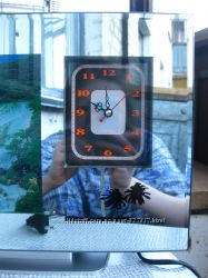 Электронные часы с зеркальной поверхностью, анимированной картиной водопад