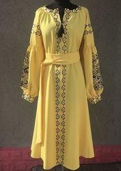 Яркое желтое платье  с черной вышивкой