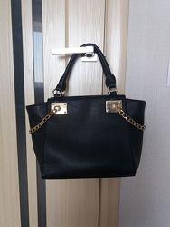 Черная сумка средних размеров