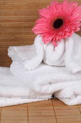 Махровое белое полотенце и простынь