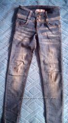 Узкие джинсы скинни с широким поясом 140 см.