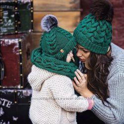 Детская вязаная шапка косами с помпоном снуд хомут комплект мама дочка