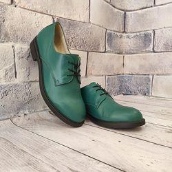 Стильные зеленые туфли из натуральной кожи.