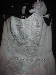 Свадебное платье с вышивкой и стразами с розовой подсветкой. Срочно