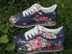 Кроссовки в цветочек джинс