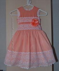 Нежное кораловое нарядное платье  с кружевом
