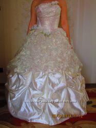 Прекрасне весільне або випускне плаття