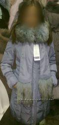 Пальто пуховик длинное и теплое серо-голубого цвета, с енотом