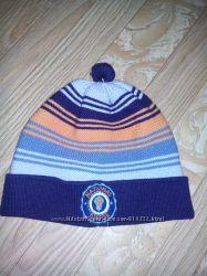 Вязаная шапочка на холодную весну-осень