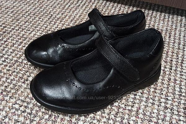 Туфли clarks на девочку р. 28  стелька 18 см натуральная кожа