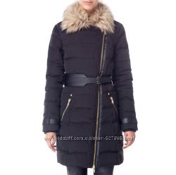 Пальто пуховое женское черное на косой молнии Stradivarius