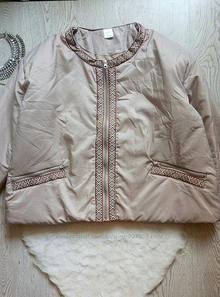 Теплая деми короткая бежевая куртка на молнии с открытым воротником вышивко