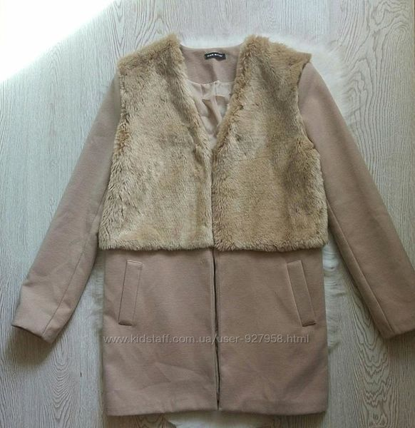 Бежевое теплое короткое пальто с мехом сверху половина карманами нюд