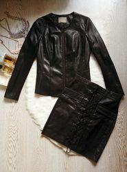Черный кожаный пиджак на молнии без воротника трикотажными вставками куртка