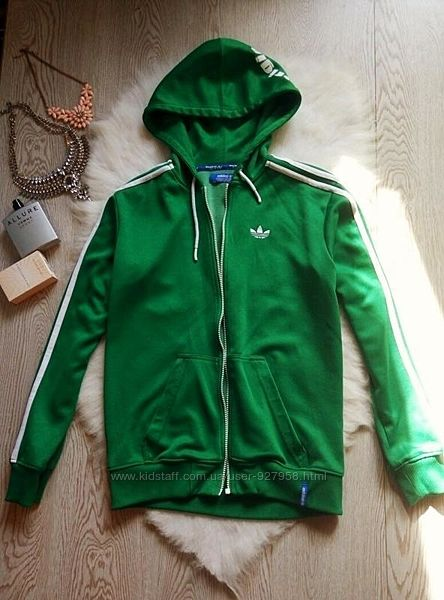 Зеленая с белыми полосами и надписями куртка олимпийка на молнии манжетах