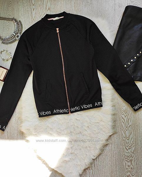 Черная спортивная куртка легкая на молнии с карманами надписями принтом вет