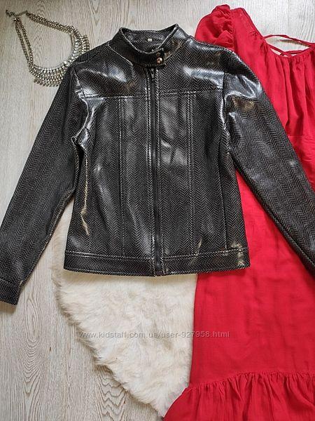 Черная короткая кожаная куртка косуха под рептилию змеиный принт блестящая
