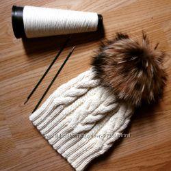 шапка ручной работы с помпоном из енота