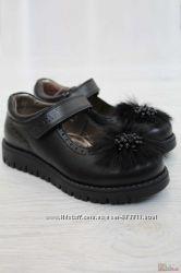 Туфли черного цвета украшены меховым цветком Kemal Pafi