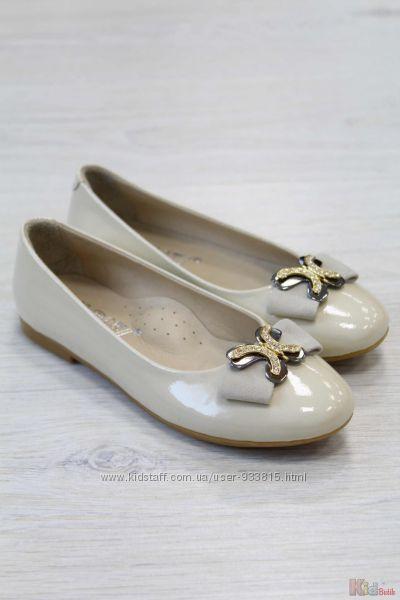Туфли бежевые лаковые для девочки с брошью Kemal Pafi