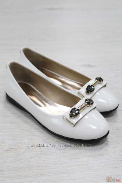 Туфли белые лаковые для девочки с брошью Kemal Pafi