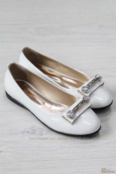 Туфли белого цвета с украшением Kemal Pafi