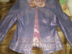 Курточка модного покроя из натуральной кожи с меховым воротом