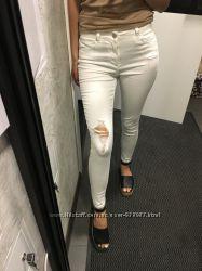 Белые джинсы скинни с рваностями и завышенной талией