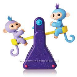 Интерактивные обезьянки Милли и Вилли на качелях.