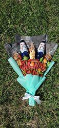 Мужской букет с колбасками, снеками и пивом вкусный подарок