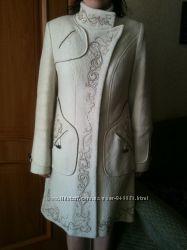 Красивое демисезонное пальто молочного цвета