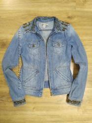 Стильная джинсовая куртка Mango с шипами отл. сост XS, S,  M