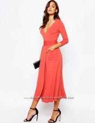 Платье Asos миди кораллового цвета из креповой ткани с запахом