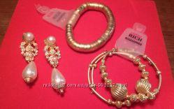 Пакетом индийские украшения под золото -клипсы и три браслета