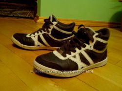Фірмові кросівки.
