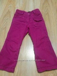 Фирменные джинсы малинового цвета