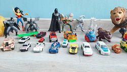 Машинки, фигурки, кассовый аппарат - много разных игрушек