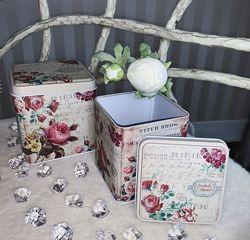 Большой выбор жестяных коробочек и баночек