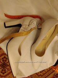 Продам кожаные женские туфли белые р, 39 бу