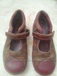 Продам кожаные туфли Clarks 27 размер для девочки