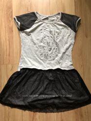 Платье с сеткой юбкой и набивным рисунком