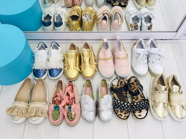 очень много детской обуви