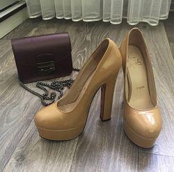 Бежевые лаковые туфли Christian Louboutin