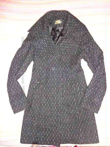 красивое качественое фирменное пальто 42-44р