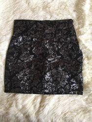Красивая юбка фирмы H&M на высокой талии.