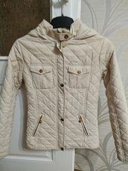 Курточка демисезонная  для девочки на рост 146-152 см с капюшоном.