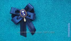 Синий бантик - брошь с камеей Котик для школьной блузы